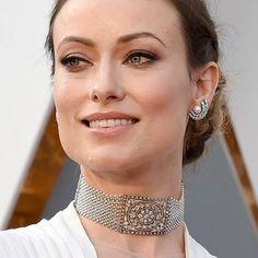 Olivia Wilde with Neil Lane jewelry. Choker with diamonds platinum and micropearls combined with earrings with pearls and diamonds. __________  Oliviapalermo Wilde con joyas de Neil Lane. Choker de diamantes platino y micropearls combinado con pendientes de perlas y diamantes. __________  #DeJoyaEnJoya #FromJewelToJewel #RedCarpet #luxury #OliviaWilde #NeilLane #choker #gargantilla #CollierDeChien #platinum #pearls #micropearls #diamondd #InstaDiamonds #InstaPearls #InstaPlatinum…