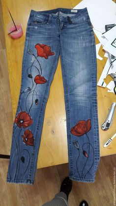 Painting on jeans … - DIY Clothes Jeans Ideen Painted Denim Jacket, Painted Jeans, Painted Clothes, Diy Jeans, Jeans Denim, Jeans Refashion, Denim Bag, Mode Hippie, Mode Boho