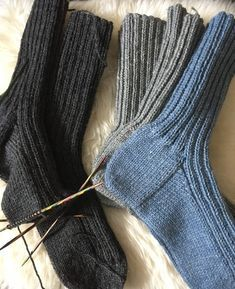 """Disse er strikket i str 40 -41 Jeg har brukt 100g Senjagarn fra nille. (80% ull og 20% nylon) Pinne nr 3,5 Både mann og svigersønn """"mase..."""