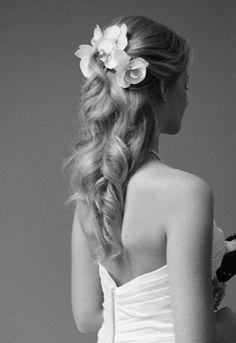 Klassisk håruppsättning med blommor. Jätte fint!