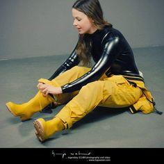 Pvc Raincoat, Yellow Raincoat, Women's Diving, Wellies Rain Boots, Latex Costumes, Latex Suit, Vinyl Clothing, Latex Babe, Country Wear