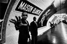 Maison Blanche - Mises en scènes du nom des stations du métro de Paris - Le photographe Janol Apin a photographié les stations de métro parisiennes dans les années 90 en mettant en scène leurs noms.
