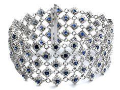 Länge: ca 17,5 cm. Gewicht: ca. 40,7 g. WG 750. Dekoratives, durchbrochen gearbeitetes Armband mit rund-facettierten Saphiren, zus. ca. 4,87 ct, jeweils...