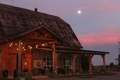 La terrasse de la grange s'illumine au coucher du soleil pour ajouter un peu de magie à votre mariage.  #mariage #wedding #mariagechampêtre #rusticwedding #mariagevignoblequébec