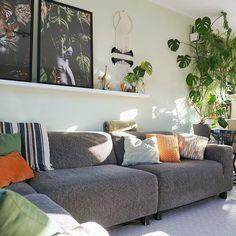 Een heerlijke lichte woonkamer en genoeg zonlicht met leuke planten. Bekijk ook van andere hun woonkamer interieur en laat je inspireren. #woonkamer #botanisch #woonkamerinspiratie #woondecoratie #woonaccessoires #woonkamerstyling #woonkamerinrichting #woonkameridee #interieurinspiratie #huiskamer   Bron: @talia_come_on Decor, Furniture, Love Seat, Home Decor, Couch