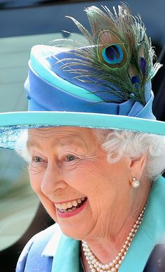 Turquoise hat with a peacock feather. Queen Elizabeth II visits St Paul's Church on day three of a four day State Visit to Germany on June 2015 in Frankfurt am Main, Germany. Queen And Prince Phillip, Prince William And Kate, Commonwealth, Prinz Philip, Santa Lucia, Isabel Ii, Her Majesty The Queen, Queen Of England, Queen Elizabeth