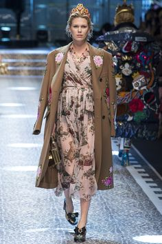 http://www.vogue.com/fashion-shows/fall-2017-ready-to-wear/dolce-gabbana/slideshow/collection
