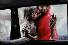 Steve McCurry's Most Beautiful and Powerful Photo Stories - Mother and child looking in through a taxi window, Bombay, India, 1993 - mymodernmet