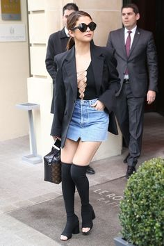 Get the Look: Selena Gomez's Paris The Row Black 45 Sunglasses, T by Alexander Wang Black Lace Up Stretch Jersey Bodysuit, Vetements Denim Mini Skirt, and Givenchy Black Edgy Star Over The Knee Peep Toe Boots – Fashion Bomb Daily Style Magazine: Celebrity Estilo Selena Gomez, Selena Gomez Outfits, Selena Gomez Style, Jean Mini Skirts, Denim Mini Skirt, Body Com Short, Sonam Kapoor, Deepika Padukone, Vogue