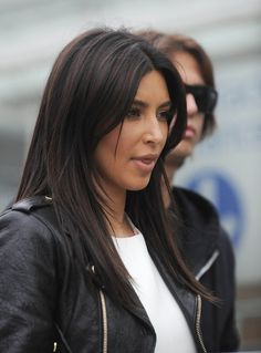 Kim Kardashian Long Straight Cut - Kim Kardashian Looks - StyleBistro Kim Kardashian Long Straight Cut - Kim Kardashian wore her hair with a center part and sleek straight layers while touring London. Long Layered Haircuts, Haircuts For Long Hair, Hairstyles With Bangs, Straight Hairstyles, Kim Kardashian Haircut, Kim Kardashian Braids, Kardashian Photos, Kim Kardashian Hairstyles, Kim Kardashian Highlights