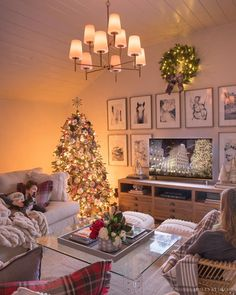 Living Room Decor for Corners 7 Go to Ideas for Living Room Corner Decor Diy Christmas Decorations, Cozy Family Rooms, Family Room Decorating, Holiday Decorating, Living Room Corner Decor, Living Room Furniture, Living Rooms, Grand Vase Transparent, Table Diy