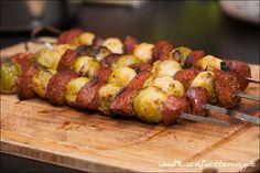 Diese Sucuk Rosenkohl Spieße verbinden die türkische Knoblauchwurst mit dem leckerem Gemüse. Auch Gemüseskeptiker haben wir hiermit schon überzeugt.