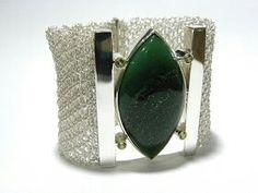 Bracelete em crochê no fio de prata com pedras naturais! De Giselle Pietrocola.