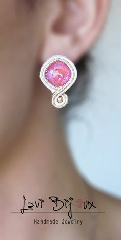 Small pink soutache earring with Swarovski Soutache Earrings Indian Jewelry Earrings, Soutache Earrings, Beaded Brooch, Etsy Earrings, Handmade Necklaces, Handmade Jewelry, Swarovski, Plastic Canvas Tissue Boxes, Shibori