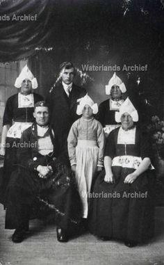 Bruining Kil (van Kiltje), visventer 1873-1959. Gehuwd in 1905 met Maartje Jonk 1885-1968. Kinderen: Cornelis, garagehouder, taxibedrijf 1906-1990; Jannetje 1909-; Aaltje 1913-1994; Stijntje 1920-2004. #NoordHolland #Volendam