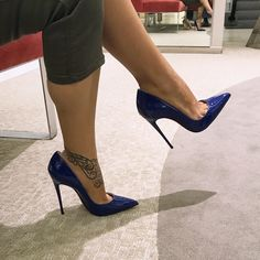 Lucyheels: black pumps, toe cleavage, and great calves