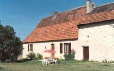 Maison Cyprien  Totaal vrijgelegen, opgeknapte boerderij met veel terrein, op 5 km van St. Cyprien gelegen. Vanuit de achtertuin een schilderachtig uitzicht op het kasteel van Berbiguères en glooiend landschap. Hier waant u zich echt als boer en boerin in Frankrijk, zonder directe buren. € 377.00