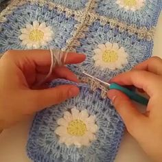 granny square videos simple crochet how to combine for beginners Motifs Granny Square, Granny Square Crochet Pattern, Crochet Blanket Patterns, Crochet Motif, Crochet Stitches, Crochet Baby, Knitting Patterns, Knit Crochet, Joining Granny Squares
