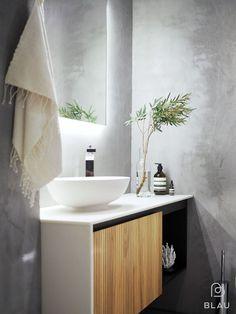MIKROBETONI JA TAMMI WC  Harmaat mikrosementti seinät tekevät wc-tilasta ruohean. Led-valopeili tuo kauniisti seinän struktuurin esille. Valkoinen Corian taso ja matta valumarmoriallas luovat yhtenäisyyttä. Kalusteessa tammisäleikköovi, ripaus mustaa ja Tapwellin design hana viimeistelevät kauniin kokonaisuuden. Bathroom Rules, Bathroom Spa, Laundry In Bathroom, Bathroom Cleaning, Interior Living Room Wallpaper, Interior Design Living Room, Luxury Homes Interior, Home Interior, Helsinki