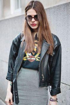 O combo saia vichy + t-shirt + jaqueta de couro é sinônimo de look estiloso no ato.