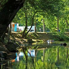 Camping Bel Ombrage, Dordogne | Op een mooi plekje midden in de natuur, aan de rivier de Céou, een zijrivier van de Dordogne. Er zijn geen verhuurlocaties op de camping, alleen echte kampeerders dus. De kampeerplekken zijn ruim, en ook in het hoogseizoen is er meestal nog wel een plaatsje te vinden.
