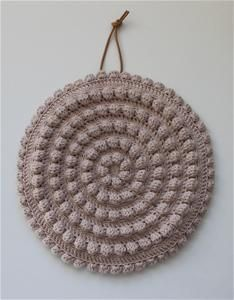 Søpindsvin grydelapper fra Tante Grøn. Crochet potholder. Pattern can be bought from the physical shop in Odense, Denmark, but the idea is simple enough, crochet rounds of bubble stiches.