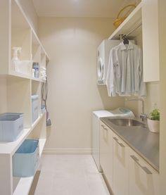 lavandaria. Curioso, lavadora con carga superior y secadora colgada arriba.
