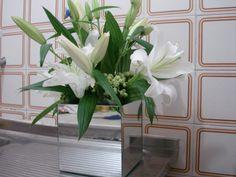 2- Lírios brancos no cachepot espelhado