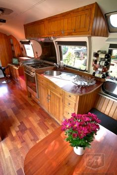 Airstream interior - Soooo my kind of camper! Airstream Campers, Airstream Remodel, Airstream Renovation, Airstream Interior, Retro Campers, Vintage Airstream, Vintage Travel Trailers, Remodeled Campers, Camper Trailers