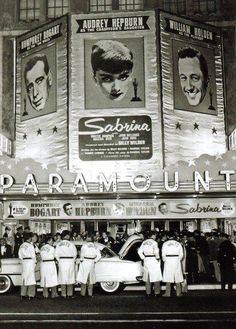 SABRINA ~ Premiere at the Paramount theater. Starring Humphrey Bogart, William Holden, and Audrey Hepburn. Humphrey Bogart, Vintage Hollywood, Golden Age Of Hollywood, Classic Hollywood, Hollywood Stars, Lauren Bacall, Natalie Wood, Cary Grant, New York