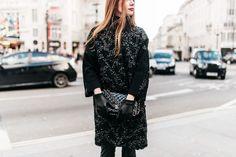 -calça Blank NYC -casaco Gloria Coelho -bolsa Chanel -luvas Harrords -sapatos Gianvito Rossi para Farfetch -bolsa Chanel