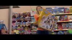 The Rise of Lowsumerism (legendado)   Vídeo da Box1824 sobre a evolução das relações de consumo