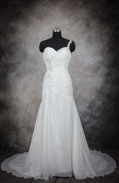 Pretty, and not over-done, this one-shoulder wedding dress is light and shows of your curves in a graceful, flattering way. Ruching Side Applique One Strap Wedding Dress Style Code: 11544 $174 Buy this wedding dress here: http://www.outerinner.com/ruching-side-applique-one-strap-wedding-dress-pd-11544-0.html #WeddingDress #WeddingGown #OuterInner