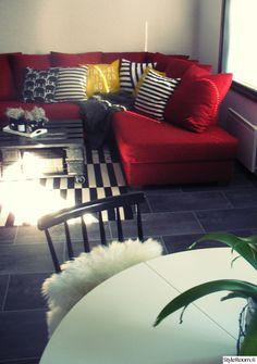 mustavalkoinen,punainen,kuormalavapöytä,olohuone,sohva,koristetyynyt,pinnatuoli White Houses, Pallet, Red And White, Couch, Throw Pillows, Bed, Furniture, Home Decor, Cushions