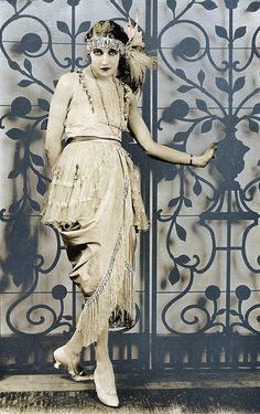 1920 - ✯ http://www.pinterest.com/PinFantasy/lifestyles-~-belle-%C3%A9poque-y-a%C3%B1os-1920-arte-y-moda/