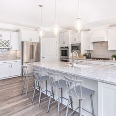 Is there anything better than a spacious kitchen island? (Hint: the answer is nope. Kitchen Designs Photos, Best Kitchen Designs, Kitchen Images, Kitchen Pictures, New Home Designs, Prep Kitchen, Kitchen Island, Kitchen Ideas, Kitchen Inspiration