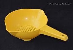 vergiet met steel  Dit vintage Tupperware vergiet (of zeef) in zonnig helder geel zal een geweldige aanvulling zijn in elke keuken! zie: http://www.retro-en-design.nl/a-40786101/tupperware/vergiet-of-zeef-met-steel/