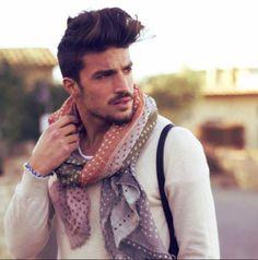 b2218dd909 L'été, l'un des meilleurs moyens de personnaliser son look est d'utiliser  des foulards. Comment les choisir ? Les porter ? Pour quels styles ?