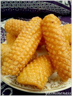 """Salam alyakoum/bonjour, Aujourd'hui, je vous livre une recette familiale bien gourmande, en fait pour tout vous dire, j'ai choisi de leur donner le nom de gâteaux """"pommes de pin"""" car cela ressemble à des pommes de pin. D'où leur vient cette décoration..."""
