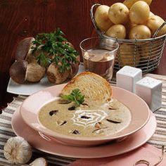 Questa vellutata ai funghi porcini e patate è un primo piatto corposo e molto saporito