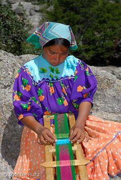 Mujer tarahumara fabricando sus artesanías