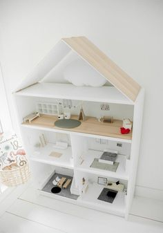 Maison de poupée récup dans une étagère IKEA