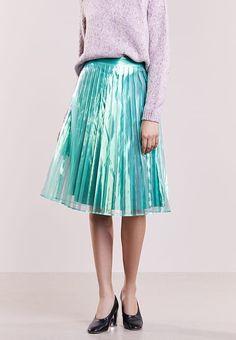 niebieska spódnica z połyskiem metaliczny trend w codziennych stylizacjach Midi Skirt, Metallic, Skirts, Fashion, Moda, Fashion Styles, Skirt, Fashion Illustrations, Midi Skirts