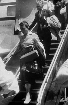 Simone de Beauvoir e Jean-Paul Sartre desembarcando no Brasil. Recife, 1960. Foto: Correio da Manhã/Arquivo Nacional. Um detalhe curioso sobre o desembarque: o trem de pouso do avião não funcionou e a chegada foi, para dizer o mínimo, tensa.
