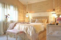 No banquinho em frente à cama (que luxo essa cama hein!)!