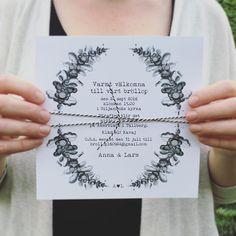 Kvadratiskt inbjudningskort #kurbits. Inbjudan till bröllop, dop eller fest. #inbjudningskort #inbjudan #bröllopskort dopkort #dalabröllop #bröllopidalarna #bröllopsinspiration