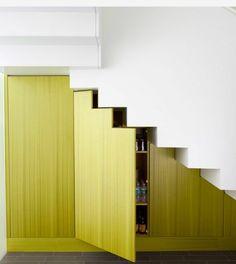 aménagement sous escalier avec placard et espace de stockage