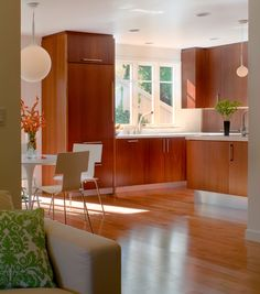 21 Modern Kitchen Area Concepts Every Residence Prepare Requirements to See Mid Century Modern Kitchen, Mid Century Modern Living Room, Mid Century House, Mahogany Cabinets, Walnut Cabinets, Best Kitchen Design, House And Home Magazine, Kitchen Remodel, Kitchen Reno