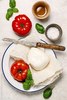 Ingredients to make a Caprese salad on table,seen from above. by Darren Muir - Salad, Caprese - Stocksy United Food Photography Styling, Food Styling, Photography 101, Caprese Salat, Pizza Art, Pizza Ingredients, Lunch, Cheese, Health