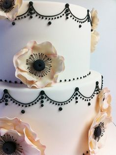 wedding cake to match the bouquet! White, black and cream pattern and flower inspired #wedding #cake